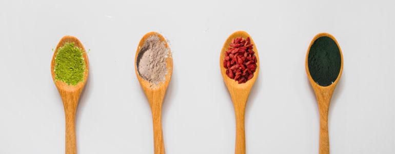Superfood in cucchiai di legno