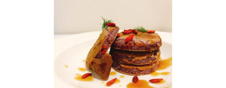 Pancake alle more e Bacche di Goji Rawys con sciroppo d'acero